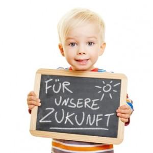 """Kind hält eine Tafel mit der Aufschrift """"Für unsere Zukunft"""""""
